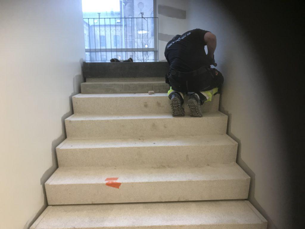 här lägger vi nya trappsteg på en skola i lund