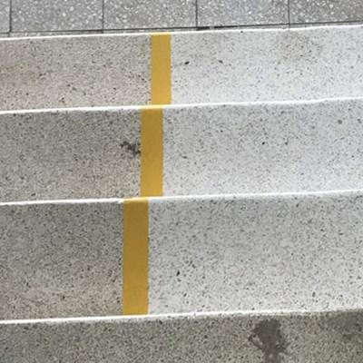 en stentrappa där vi ser skillnad på slipat och icke slipat
